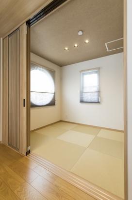 琉球畳がオシャレな和室。