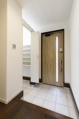 広々とした玄関はSIC付き。スッキリと玄関周りが片付きます。