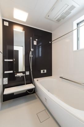 数時間経ってもお湯が冷めにくい高断熱浴槽採用。さらに浴室乾燥機付きなので雨の日の洗濯物も安心。