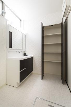 収納付き洗面所。ごちゃごちゃしがちな洗面所回りもスッキリと片付きます。