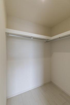 洋室に設けられたウォークインクロゼットはハンガーパープ付きなのでタンスが要りません。