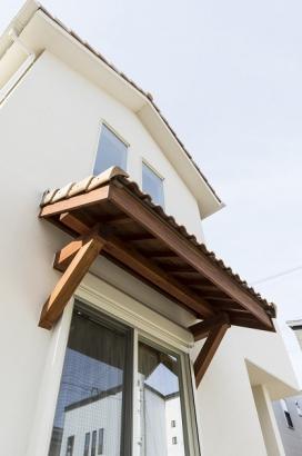 木と瓦を使った庇はお家の外観を可愛く飾ってくれています。