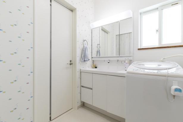 玄関とユーティリティの2WAYの洗面所