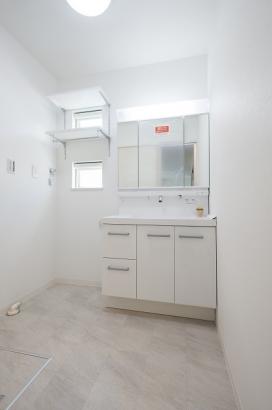 小窓から明るい採光を確保。可動棚付きで洗面所回りもスッキリ収納できます。