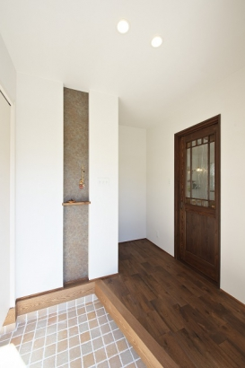 92mm×92mmの小さいタイルが可愛らしい玄関ポーチ。
