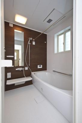 清潔感のある浴室はほっカラリ床で冬場でもあたたか。さらには浴室換気乾燥機付きなので、雨の日の洗濯も困りません。