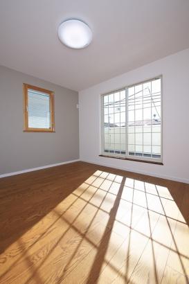 大きな窓から差し込む光が部屋全体をやさしく包み込む寝室。