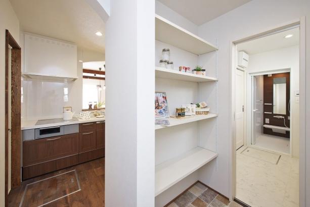 キッチン裏の大容量パントリー。可動棚なので自由に高さを変えられます。