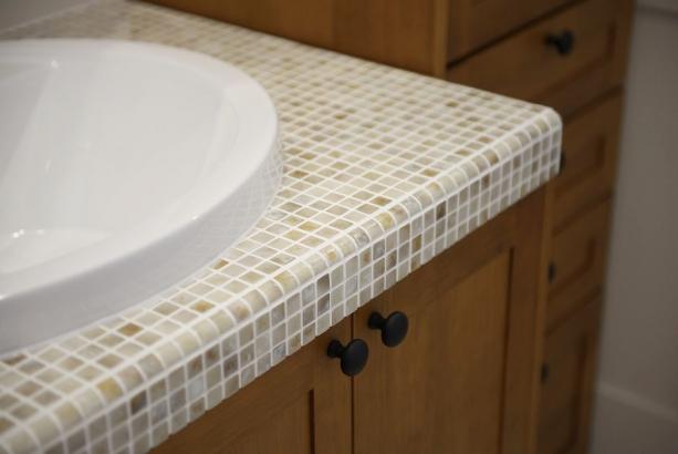 無垢の扉や丸形の洗面ボウル、モザイクタイルが可愛らしい洗面化粧台。
