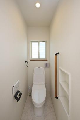 家計に嬉しい節水型トイレ。壁面収納もありトイレ回りがスッキリと片付いて見えます。