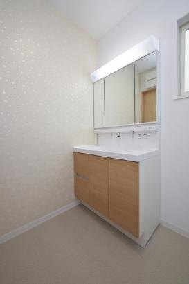 3面鏡の洗面台の裏には豊富な収納スペースが。