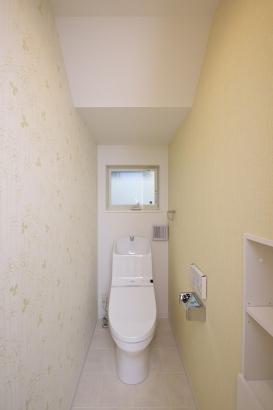 家計に嬉しい節水型のトイレ。壁面収納付きでごちゃごちゃしがちなトイレ回りもキレイに片付きます。