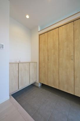 大容量のシューズクロークで玄関がスッキリ。可動棚なので背の高いブーツなどもラクラクしまえます。