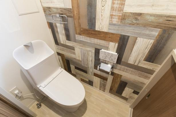 家計に嬉しい節水型のトイレ。収納付きなのでスッキリ片付きます。