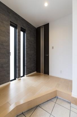 ブラックのクロスを使用した高級感のある玄関ホール。
