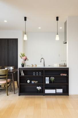 棚付きのキッチンカウンター。小物の収納に便利です。