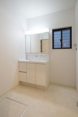 ホワイトで統一された清潔感のある洗面所。