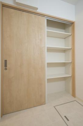 洗面所の扉を閉めると棚が出現。衣類や洗濯用品のストック置き場として重宝します。