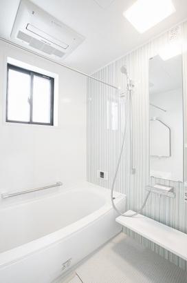 清潔感のある浴室。浴室乾燥機付きで雨の日の洗濯も困りません。