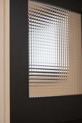 建具にはオシャレなチェッカーガラスを使用。
