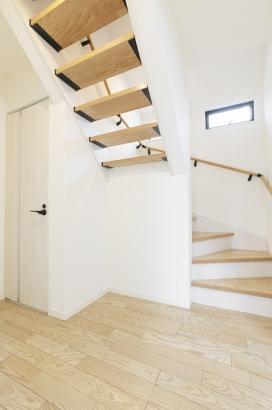 オシャレな蹴込板のない透かし階段で空間の圧迫を防止。