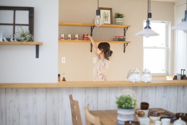 キッチン後ろには見せる収納でオシャレに。料理が楽しくなります。