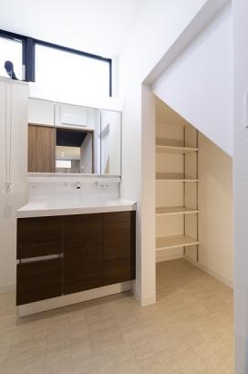 洗面所には階段下を利用した可動棚付きの収納スペースが。ごちゃごちゃしがちな洗面周りもスッキリです♪