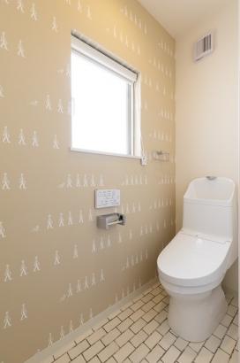 家計に嬉しい節水型のトイレ。可愛らしいアクセントクロスが特徴的。