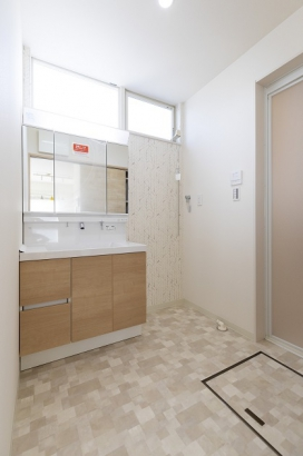 収納は洗面台下だけでなく三面鏡裏側にも。洗面周りがスッキリと片付きます。
