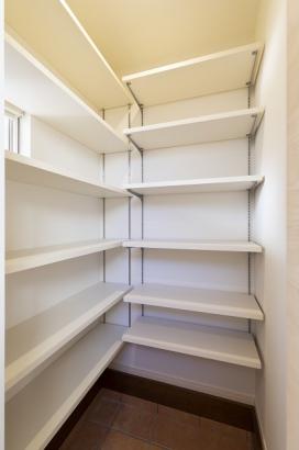 大容量のシューズインクローゼット。ベビーカーや子供のおもちゃなど、室内には持ち運べない物もしまえるので便利です。