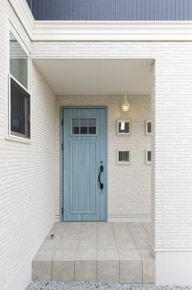 屋根付きで雨の日も安心。アイスブルーの玄関扉がオシャレです。