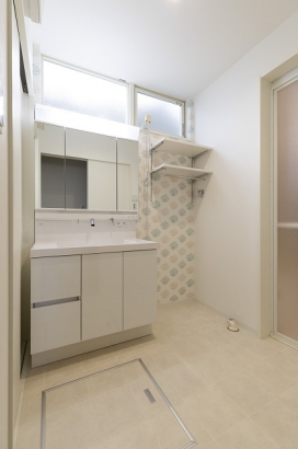 三面鏡の付いた収納豊富な洗面所。