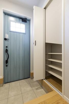 シューズクロークは自由に高さを変えられる可動棚なので、背の高いブーツやレインシューズなども楽々収納可能。