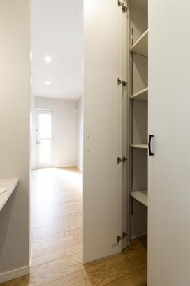 家事ピットには収納も付いているので食品や日用品のストックに便利。