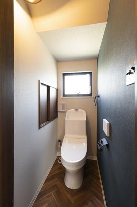 家計に嬉しい節水型のトイレ。ヘリンボーン調の床クロスがオシャレ。
