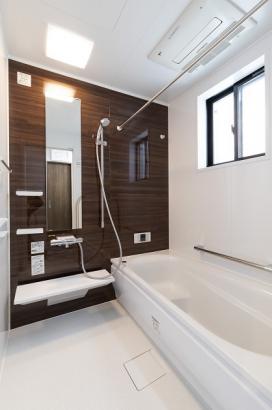 清潔感のある浴室。浴室換気暖房乾燥機付きで雨の日の洗濯ものにも困りません。
