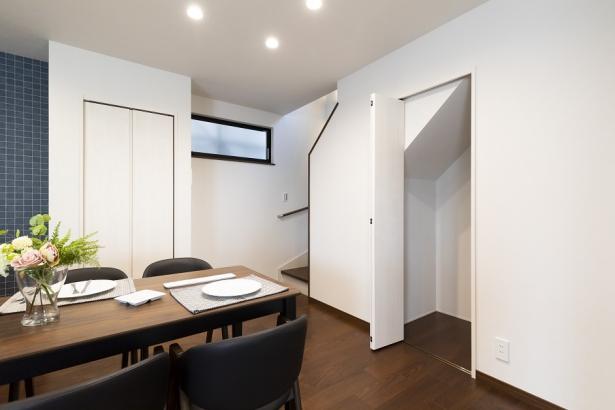 階段下のデッドスペースを利用したリビング収納。掃除用具や日用品のストックなども収納出来ます。