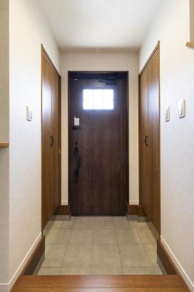シューズインクロークと玄関物置の2つの収納で用途に合わせて収納でき、玄関まわりがスッキリと片付きます。