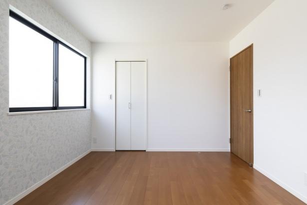約7帖の洋室。奥の扉はWICになっており沢山収納出来るので、お部屋をスッキリ見せることが出来ます。