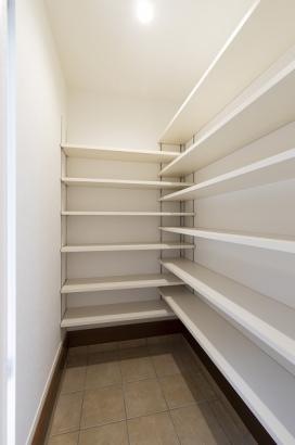 人気の玄関スペース!ベビーカーや掃除道具などもしまえて玄関まわりがスッキリ片付きます♪