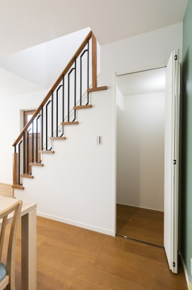 階段を利用したリビング収納。子供のおもちゃや掃除用具など、ちょっとした置き場に困るリビングに、あると嬉しいスペースです。