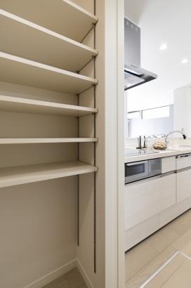 キッチン横のパントリーは可動棚付きの大容量収納!乾物やお米、お水など食料品のストックとしてとても便利。災害時にも安心の収納量です。