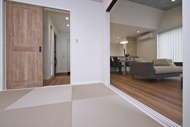 ホールから直接出入り可能な2WAY和室。急な来客時にリビングが散らかっていても安心。