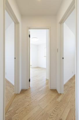 2階のホールから3方向に繋がる洋室。どのお部屋に行こうか、ワクワク感がありますね。