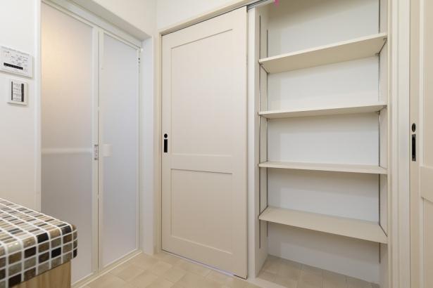 扉を閉めると現れる、洗面所収納。衣服や洗剤のストック置き場として重宝します。
