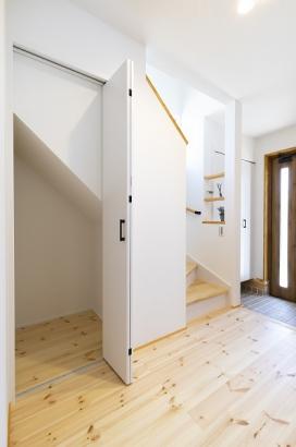 階段下も有効活用。背の高い掃除用具なども楽々しまえます。