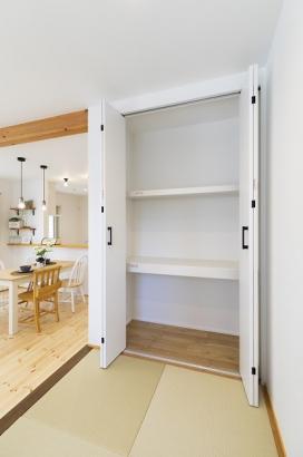 和室横には便利な収納が。布団を収納したり、棚を置いて書斎コーナーの本棚としても利用できます。