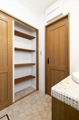 扉を閉めると現れる、洗面所収納。衣服や洗剤のストック置き場として重宝します