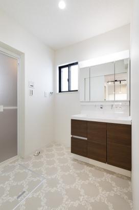 白を基調とした清潔感のある洗面所。収納も多く、洗面所周りがスッキリと片付きます。