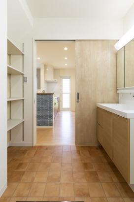 キッチンからすぐの洗面所で家事ラク動線。洗面所には便利な収納棚付き。